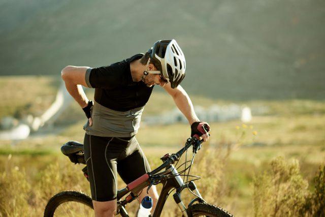 mannelijke fietser met zadelpijn