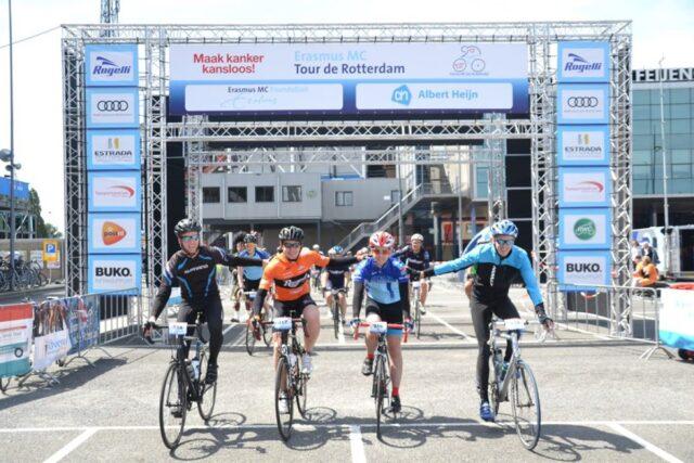 Vier wielrenners met hand op schouder bij start Tour de Rotterdam van Erasmus MC